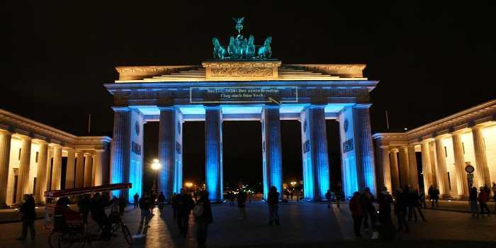 Das Brandenburger Tor bei Nacht blau ausgeleuchtet