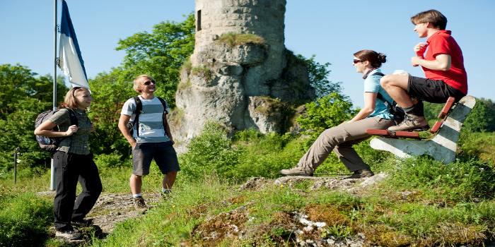 4 Personen machen eine Pause während der Wanderung
