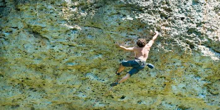 ein Kletterer in einer Bergwand