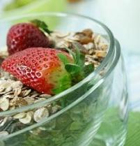 Obst und Müsli zum Frühstück