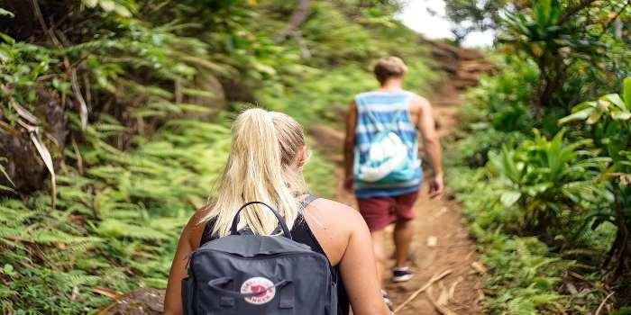 Eine junge Frau und ein junger Mann auf einem Wanderweg