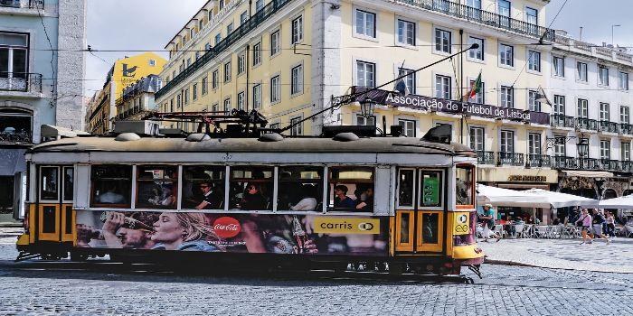 Eine kleine bunte Straßenbahn im Zentrum von Lissabon