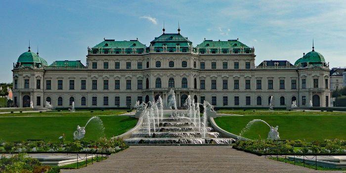 Das Belvedere in Wien mit einem Springbrunnen davor