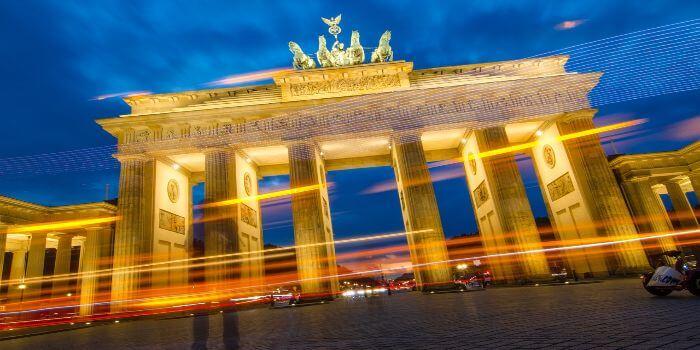Das Brandenburger Tor bei Nacht hell beleuchtet