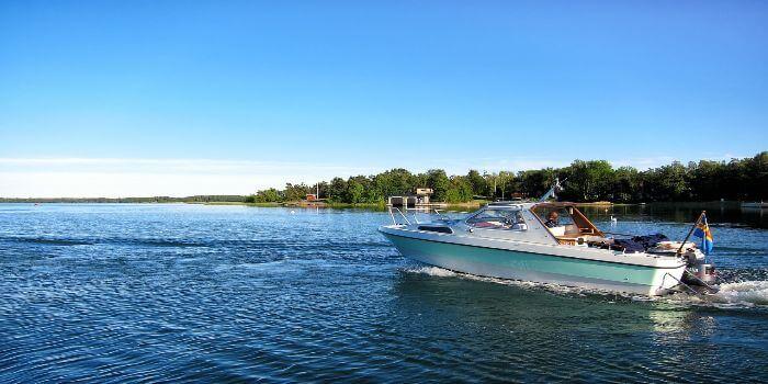 Ein Ausflugsboot fährt Richtung einer Insel