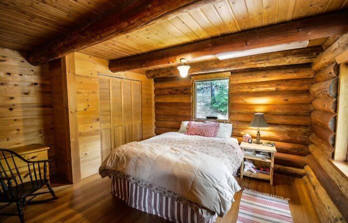 Ein Bett in einem Holzblockhaus