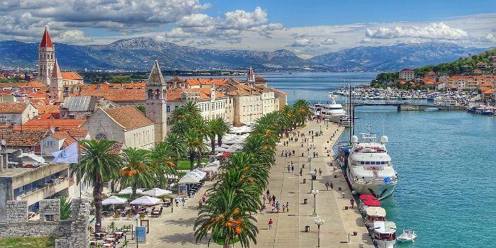 Bild von Trogir mit angelegten Schiffen am Hafen