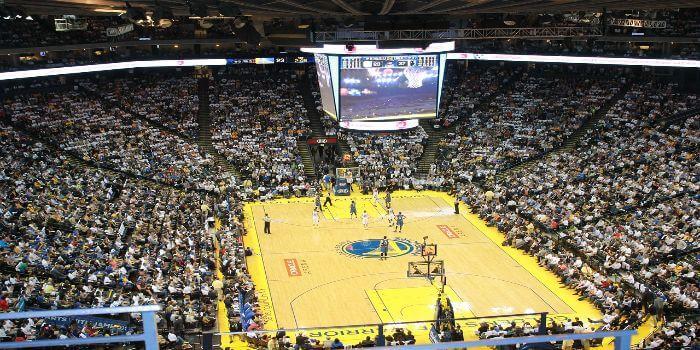 Ausverkauftes Basketball Stadion wo gerade gespielt wird