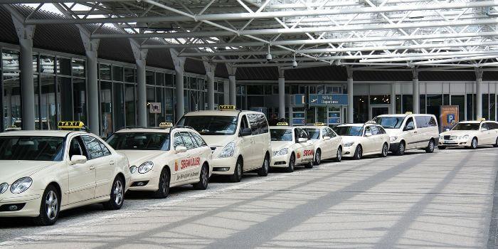 Viele Taxis warten vor einem Flughafen