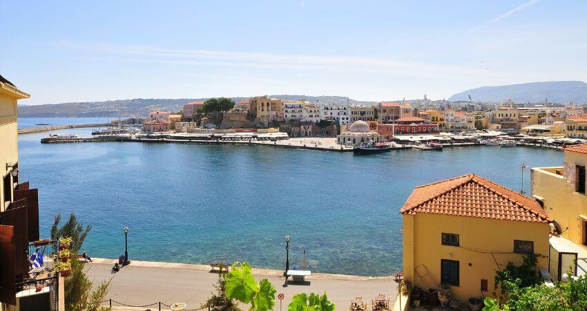 Der Ate Hafen von Chania mit der Altstadt im Hintergrund.