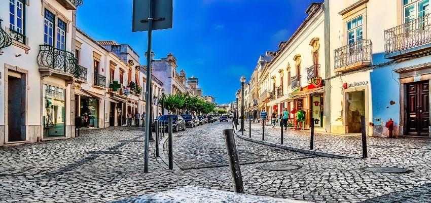 Innenstadt von Tavira mit alten Gebäuden und Kopfsteinpflaster.