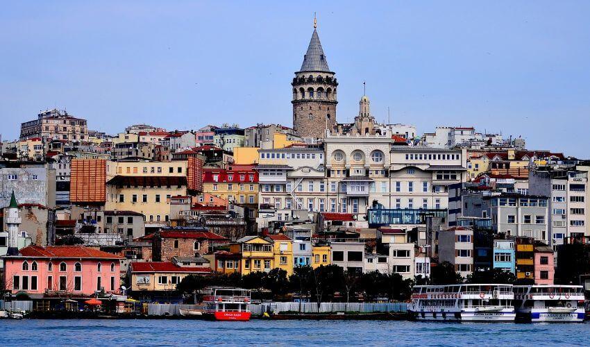 Ein Bild von Istanbul, wo der Galata-Turm über die Häuser ragt.
