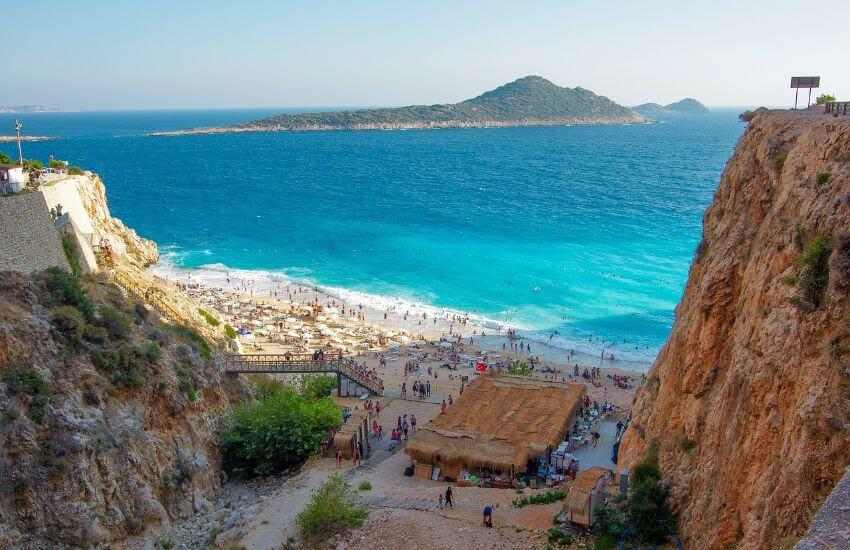 Der Kaputas Strand befindet sich unterhalb von Felswänden. Es ist ein schöner Strandstreifen mit türkisem Wasser zum Baden.