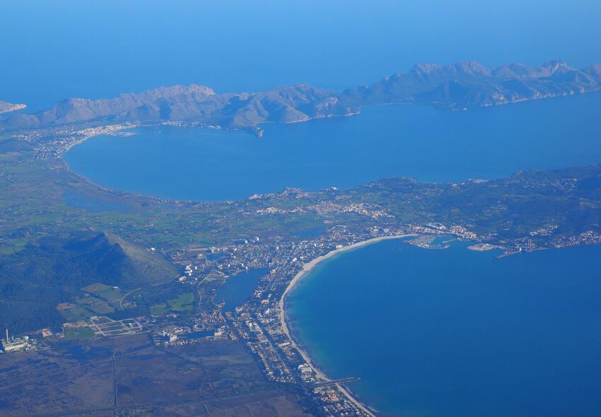 Eine Luftaufnahme, welche die Bucht von Pollenca zeigt.