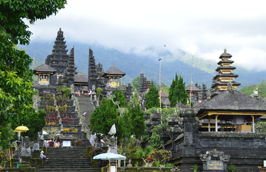 Tempelanlage mit vielen Stufen.