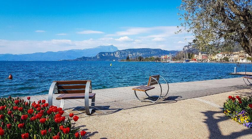 2 Sitzbänke mit Sicht auf dem Gardasee laden zum Verweilen ein.