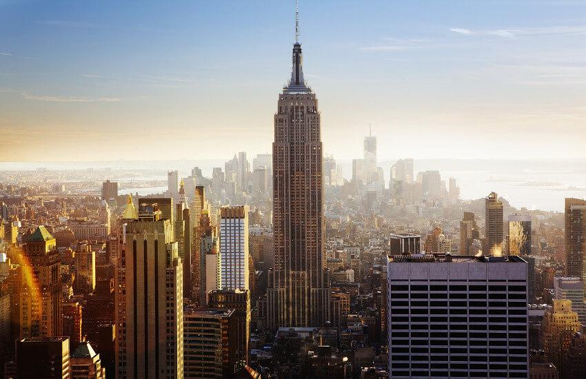 Das Empire State Building ragt über die anderen Wolkenkratzer hinaus.