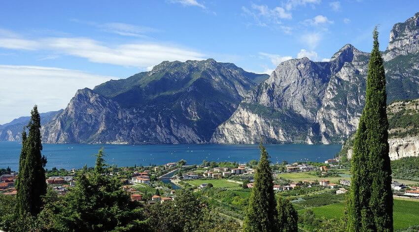 Der Gardasee und im Hintergrund die Berge.