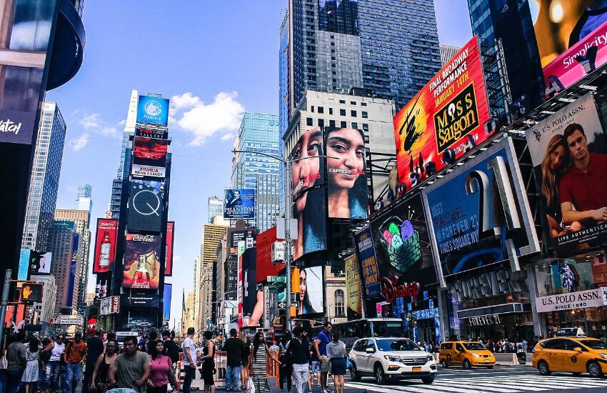 Der Times Square mit seinen vielen bunten Reklametafeln.